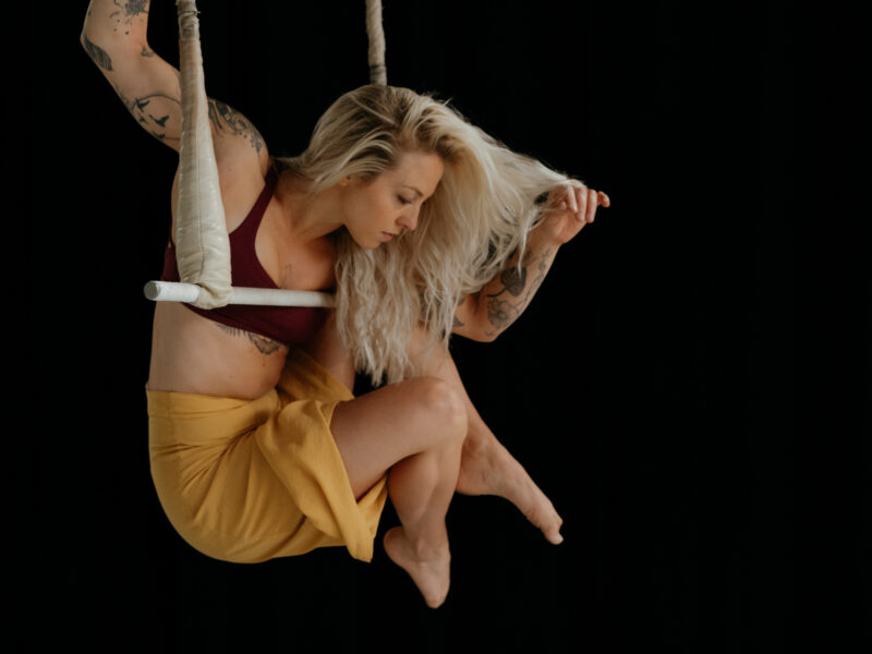 Kalina Suter on trapeze